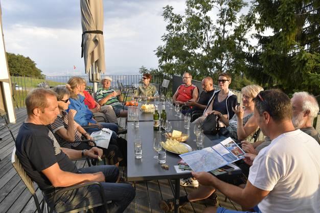 Die Teilnehmer geniessen die letzten Sonnenstrahlen auf der Terrasse des Berggasthofs Untergrenchenberg.