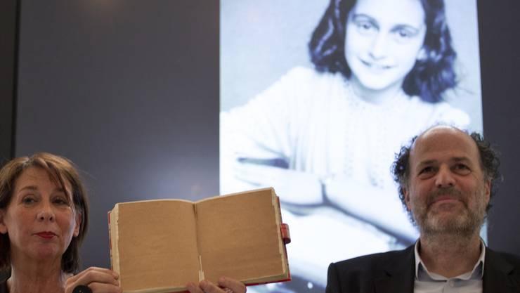 Obwohl Anne Frank sie mit braunem Papier verklebt hatte: Dank digitaler Fototechnik sind bisher unbekannte Passagen aus dem Tagebuch des jüdischen Mädchens lesbar gemacht worden.