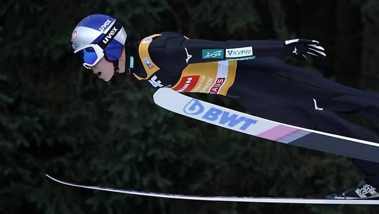 Ryoyu Kobayashi schwebt in Nachthimmel von Bischofshofen.