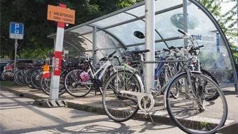 Drei bis vier Autoparkplätze (links) fallen den zusätzlichen, aber befristeten Veloparkplätzen zum Opfer.