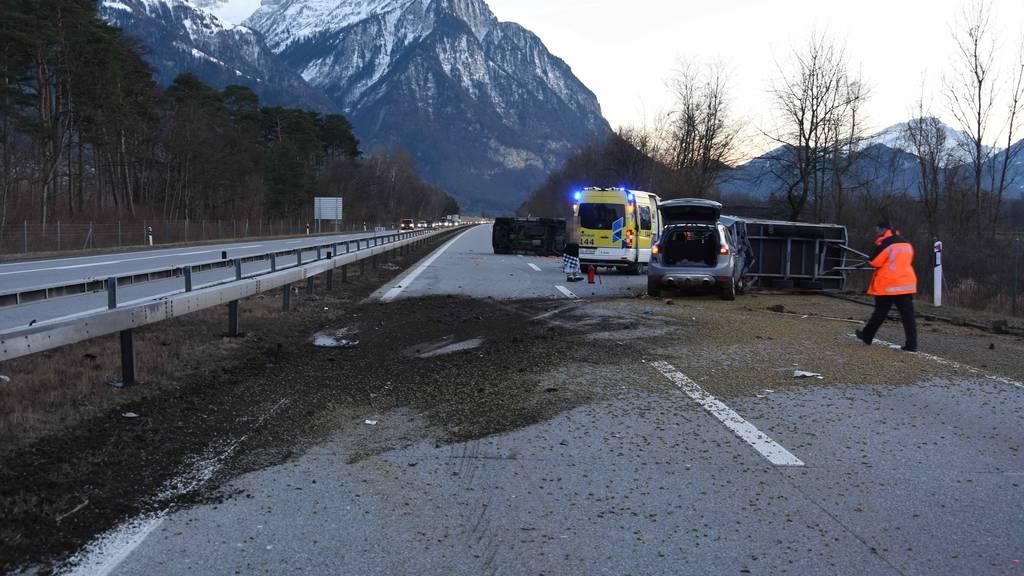 Eine Ladung Holzpellets über die Autobahn verstreut