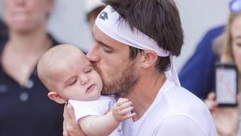 Märchenhaftes Ende des Turniers in Hamburg: Dr überraschende Turniersieger Leonardo Mayer küsst seinen Sohn Valentino