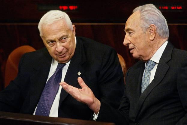Sharon (links) mit Shimon Peres, dem heutigen Staatspräsidenten Israels auf einer Aufnahme von 2005.