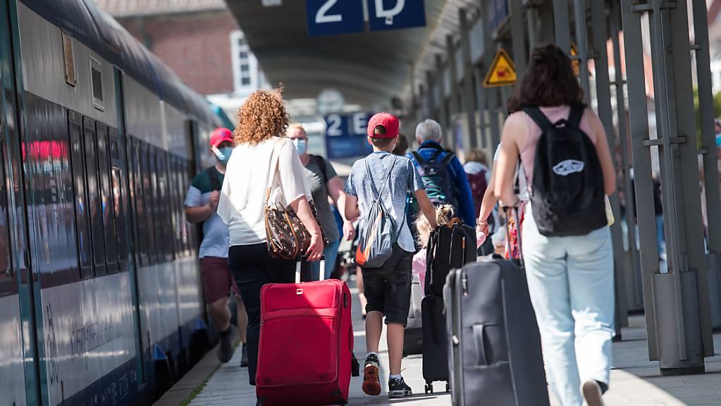 Es sind wieder mehr Menschen unterwegs in den Bahnhöfen - ganz erholt hat sich der öffentliche Schienenverkehr aber noch nicht vom deutlichen Einbruch wegen der Corona-Pandemie. (Symbolbild)