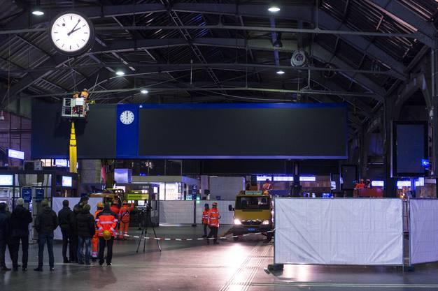 Arbeiter installieren die neue LED-Anzeigetafel, welche die mechanische Fallblattanzeige ersetzt