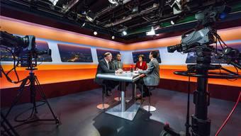 Ins beste Licht gerückt und von drei Kameras beobachtet: Hansjörg Knecht (SVP), Philipp Müller (FDP) und Ruth Humbel (CVP) warten mit az-Chefredaktor und Moderator Christian Dorer auf den Start des Ständerats-Talks.