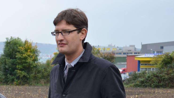 Thomas Landis (Schlieremer FDP-Gemeinderat) und Severin Pflüger (Stadtzürcher FDP-Gemeinderat) vor der Fläche zwischen Gasi- und Wagi-Areal, das für eine Kleingewerbezone umgezont werden soll.