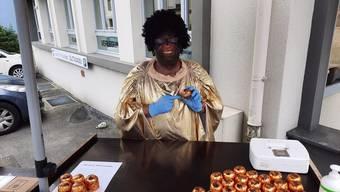 Mit dieser Aktion begannen die Diskussionen: Ein Mann hat in Rorschach als Schwarzer verkleidet Dubler-«Mohrenköpfe» verkauft.