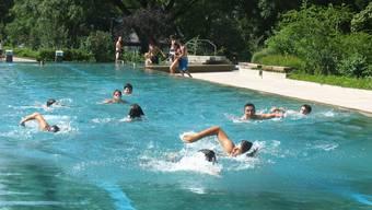 Bis nächsten Mai müssen diese Jugendlichen im Hallenbad schwimmen gehen.
