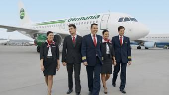 Die Germania-Crew vor einem Airbus A319 der Germania am Flughafen Zuerich. Dank einer Finanzspritze scheint die Zukunft der Fluggesellschaft gesichert.