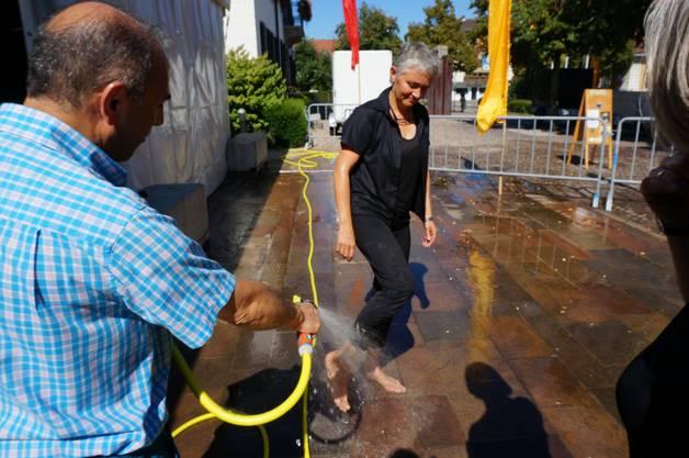 Beim heissen Wetter konnte man sich mit etwas Wasser abkuehlen im Bild Theater Dietikon Praesidentin Simone Neff