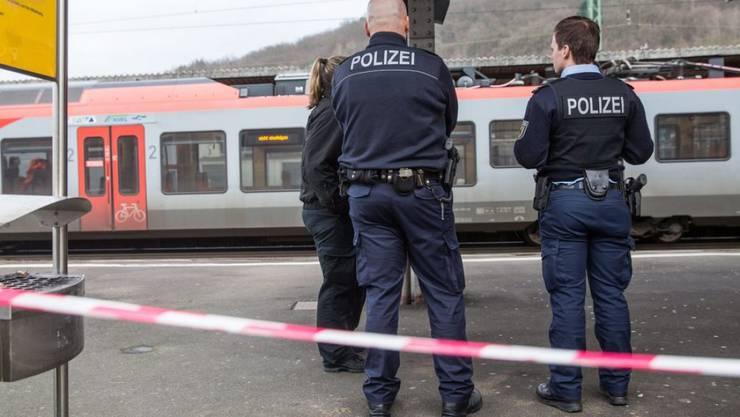 Nach einer tödlichen Messerattacke auf einen Polizisten am Bahnhof im deutschen Herborn sichern Beamte den Tatort.