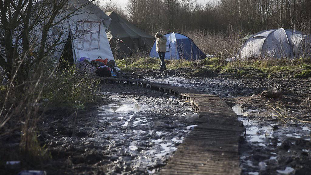 Im sogenannten «Dschungel» bei Calais leben mehrere tausend Menschen unter prekären Umständen. Am Rande einer Kundgebung sind am Samstag rund 50 Flüchtlinge auf eine Fähre vorgedrungen. Danach war der Hafenbetrieb kurzzeitig eingestellt. (Archivbild)