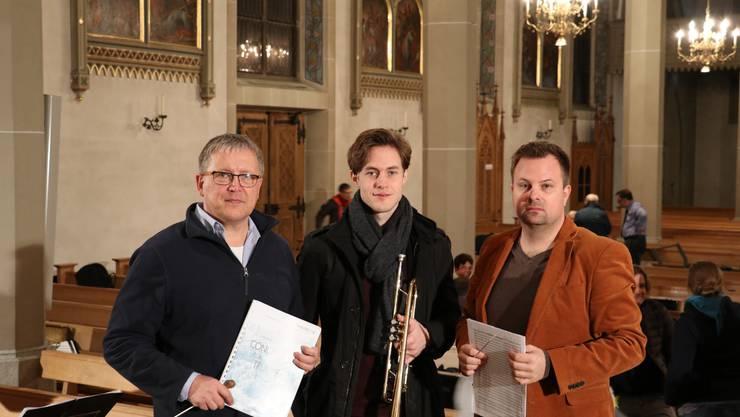 Gastdirigent Toni Scholl, Solo-Trompeter Fabian Neuhaus und Dirigent Marco Müller (von links) freuen sich auf die Konzerte in Olten und Villmergen.