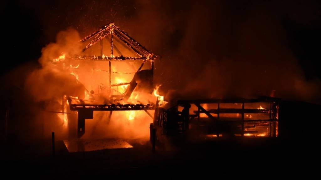 Brand in Autounterstand greift auf Einfamilienhaus über