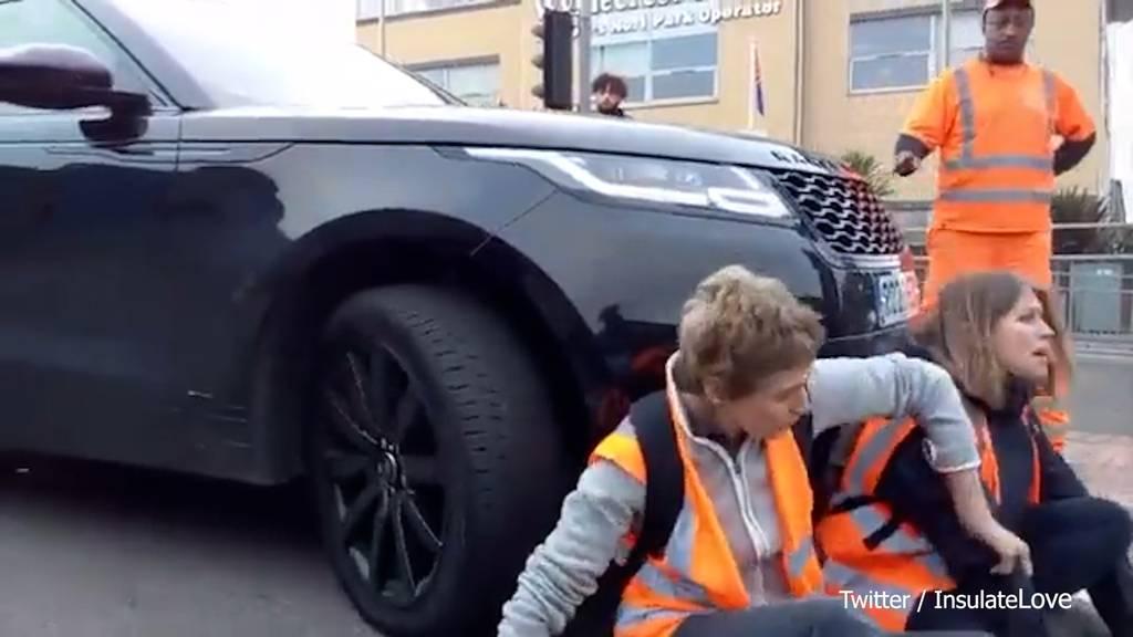 Klimaaktivistinnen blockieren Strasse: SUV fährt trotzdem weiter