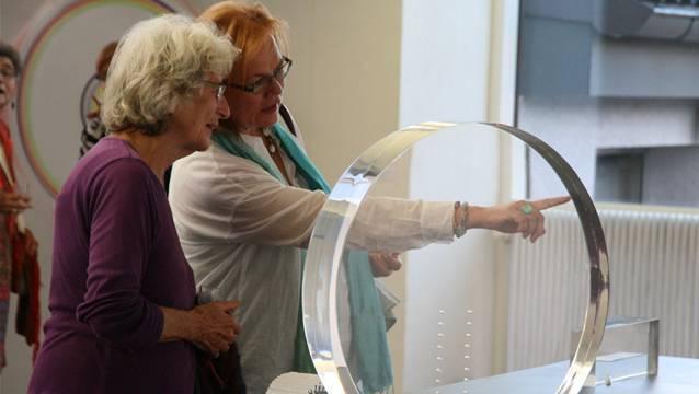 Ein Spiel mit der Wahrnehmung: Ausstellung im Laufenburger Rehmann-Museum ist auch für junge Ausstellungsbesucherinnen und -besucher faszinierend. – Foto: psc