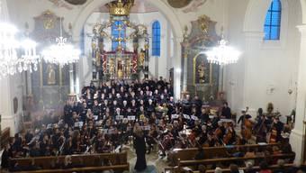 Beim Jubiläumskonzert der Musikschule Frick traten auch ein Jubiläumschor und -orchester unter der Leitung von Regula Keller auf. Ari