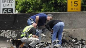Vollkommen zerstört: Polizisten untersuchen das Flugzeugwrack