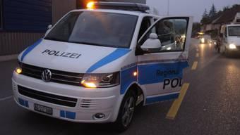 Ein Lastwagen mit ausländischen Kennzeichen streifte dieses Polizeiauto der Regionalpolizei Oberes Fricktal, welches eine Unfallstelle absicherte.