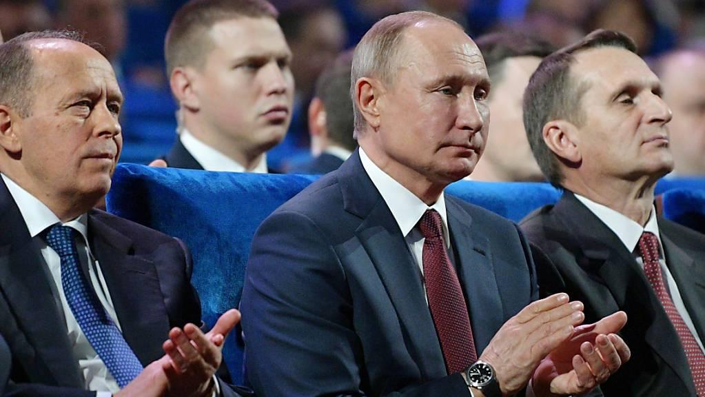 Alexander Bortnikow, Leiter des russischen Inlandsgeheimdienstes FSB, Wladimir Putin, Präsident von Russland, und Sergei Naryschkin, Leiter des russichen Auslandsgeheimdienstes SWR (von links nach rechts).