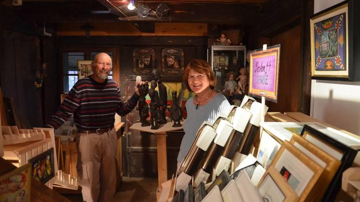 Gögg und Margrit Meier inmitten zahlloser Kunstwerke, die im Rahmen eines Kunstposten-Orientierungslaufs im Haus verkauft werden.