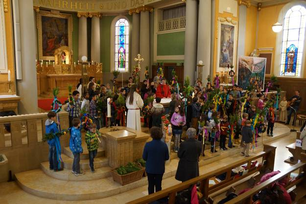 Die Kinder sind um den Hochaltar der St.Agatha Kirche versammelt