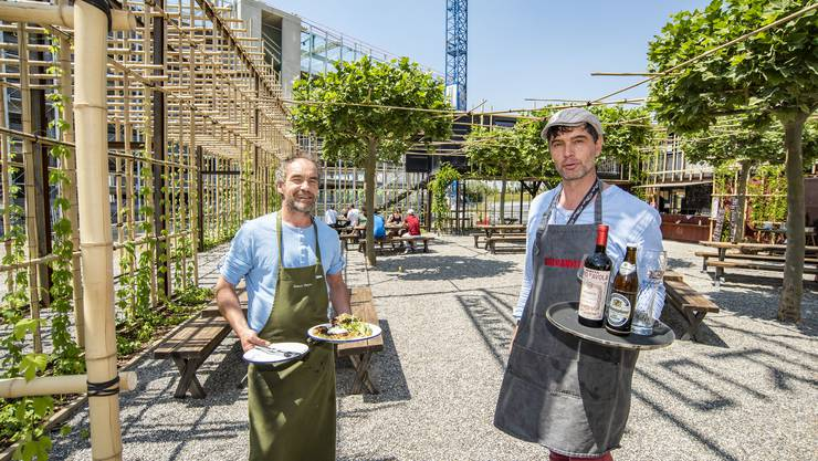«Schon eine Herausforderung, an so einem Ort etwas aufzubauen»: Miguel Engewald (rechts) über «Hortus» im Bachgraben, das neueste Outlet seiner Vulcanelli GmbH. Links: Küchenchef Hubert Mayer.