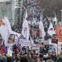 Tausende Menschen erinnern mit einem Marsch in moskau an den Mord des russischen Oppositionspolitiker Boris Nemzow.