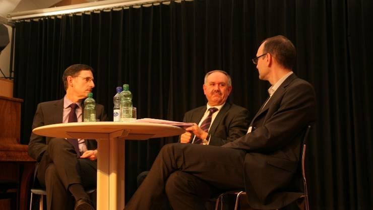 Pragmatisch und locker: Hans Hollenstein (M.) und Mario Fehr (l.) mit Gesprächsleiter Daniel Winter. Foto: David Hunziker