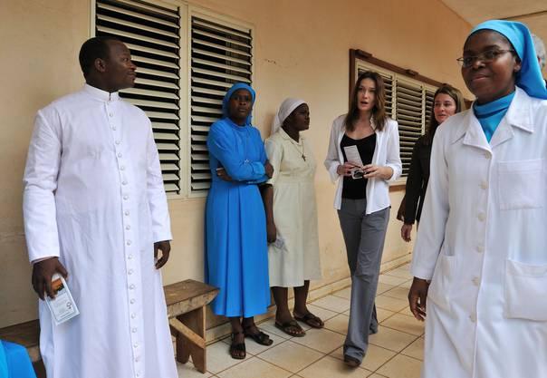 Carla Bruni-Sarkozy undMelinda Gates bei einem Besuch eines Spitals inDangbo im Jahr 2010.