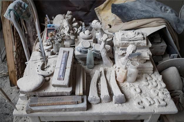 Werkzeuge und Hilfsmittel unter einer dicken Staubschicht.