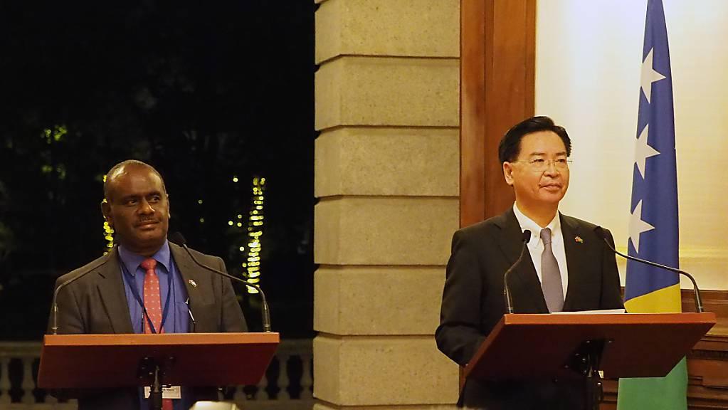 Noch vor einer Woche gaben Taiwans Aussenminister Joseph Wu (r) und der Aussenminister der Salomonen, Jeremiah Manele, eine gemeinsame Medienkonferenz in Taipei. Nun haben die Salomonen diplomatische Beziehungen mit der Volksrepublik China aufgenommen. (Bild vom 9. September)