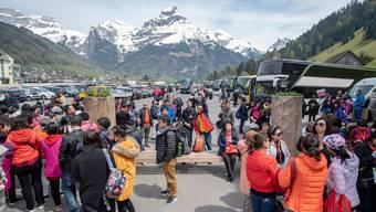 Chinesische Touristen warten an der Talstation in Engelberg.