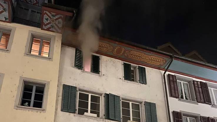 Nachts um drei brannte es weiter unten direkt über dem Eingang. Der Rauch stieg durch das Haus bis unters Dach.