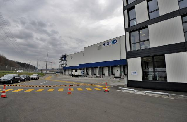 Der Standort des Mega-Baus in Kölliken liegt unmittelbar neben der A1 (links, hinter dem Zaun erkennbar).