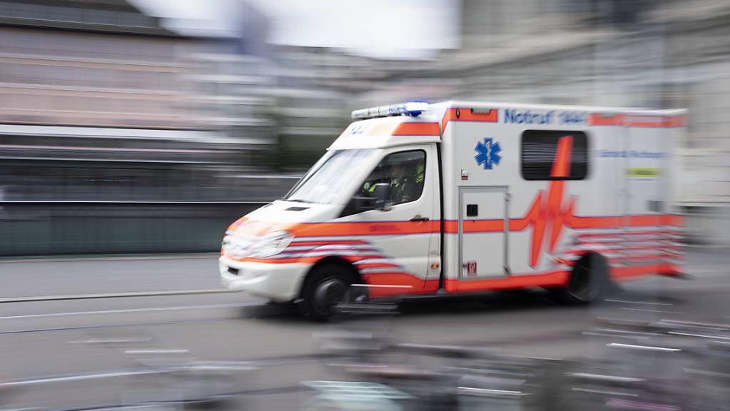 Beim Reinigen eines leeren Flüssigkeitstanks ist am Freitag ein Arbeiter gestorben. Die Ambulanz fuhr einen weiteren Arbeiter ins Spital. (Symbolbild)