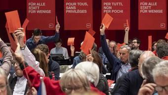 Rote Karte für ein EU-Rahmenabkommen ohne Lohnschutz: Dies ist die einhellige Meinung der SP-Mitglieder am ordentlichen Parteitag in Brugg/Windisch AG.