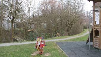 Zwischen Kindergarten Kornfeld (links) und neuem Spielplatz (vorne) hätte das Ufer entlang des Süssbachs abgeflacht werden sollen. CM