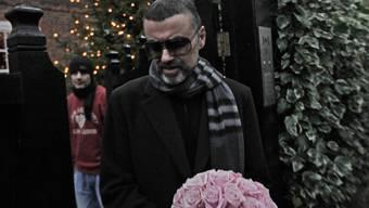 Der sichtlich geschwächte George Michael vor seinem Haus in London