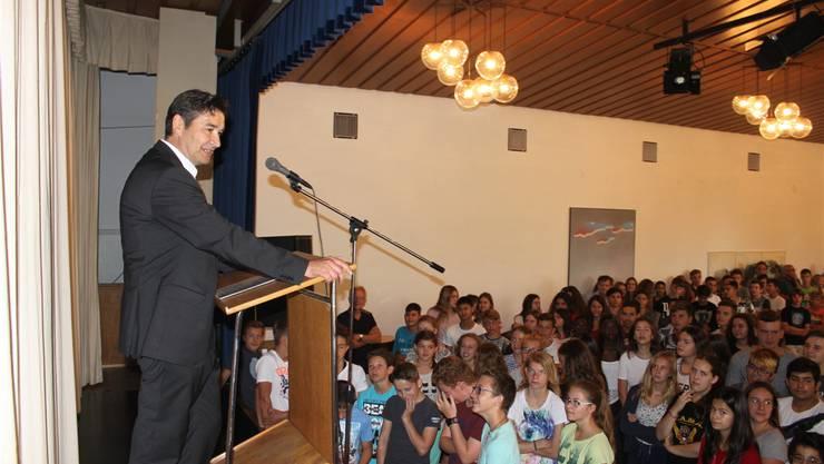 Stadtpräsident François Scheidegger eröffnet das neue Oberstufenzentrum.