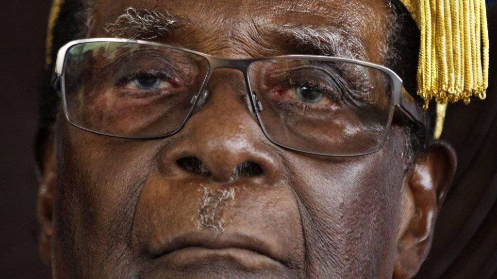 Sesselkleber: Simbabwes Langzeit-Präsident Robert Mugabe klammert sich blindlings an die Macht (Aufnahme vom Freitag an der Zimbabwe Open University in Harare).