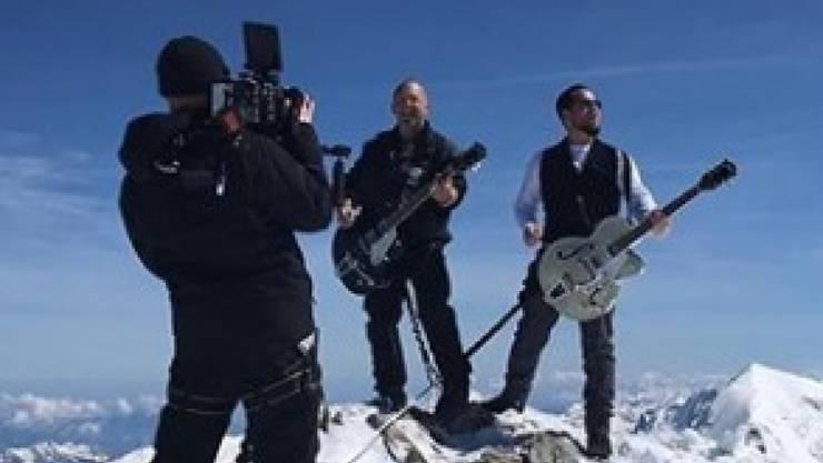 """Die Mundart-Rocker Gölä und Trauffer bei den Dreharbeiten für das Musikvideo """"Maa gäge Maa"""" auf dem Jungfraugipfel im Mai."""