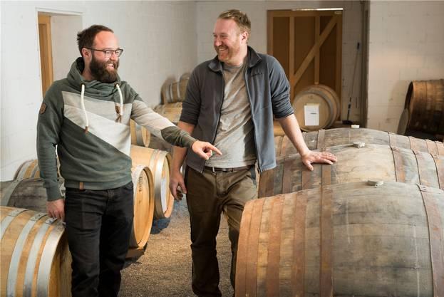 Raphael (l.) und Michael Käser im Lager mit den Whiskyfässern.
