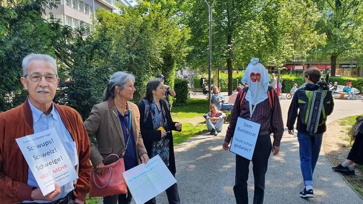 Rund zwei Dutzend Personen protestieren friedlich gegen Corona-Massnahmen