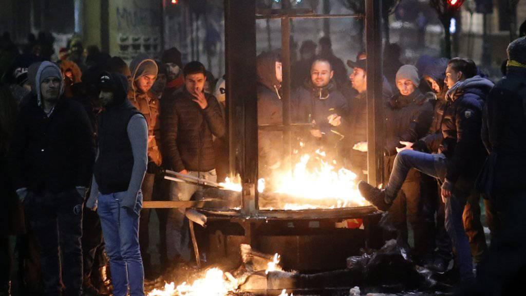 Zerstörung in der Hauptstadt: Randalierer mischen sich unter friedliche Demonstranten in Bukarest.