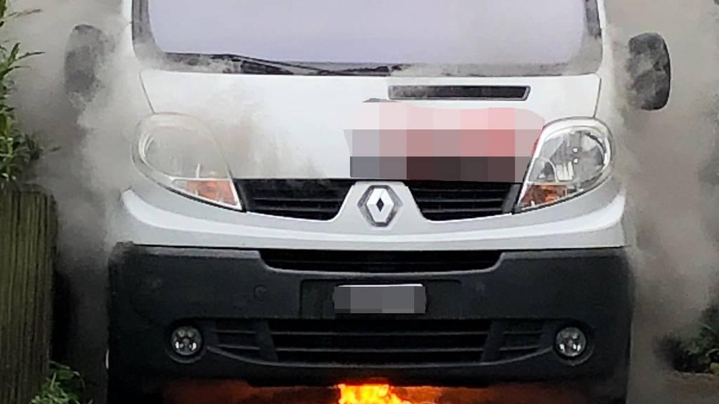 Lieferwagen geht in Flammen auf