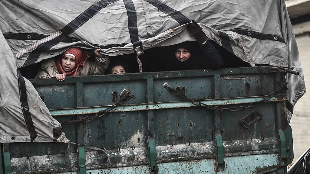 Zivilisten flüchten aus Idlib, um in der Nähe der Grenze zur Türkei einen sicheren Ort zu finden. Copyright 2020 The Associated Press. All rights reserved