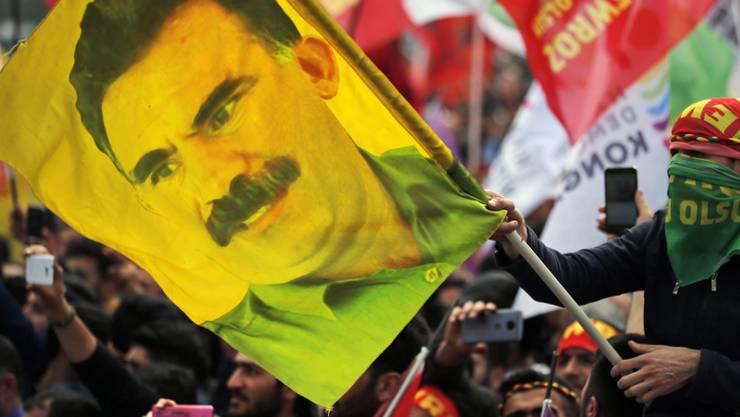 Ein kurdischer Demonstrant mit einer Öcalan-Fahne Mitte März in Istanbul. (Archivbild).