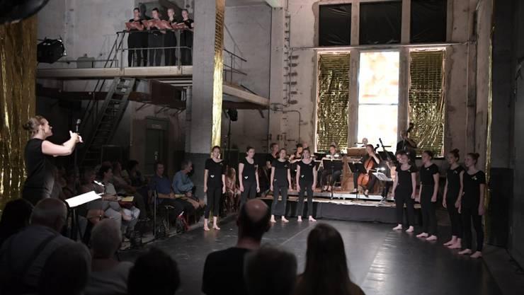 Der Mädchenchor, die Musikanten und das Publikum geniessen ein Konzert in einem aussergewöhnlichen Rahmen.